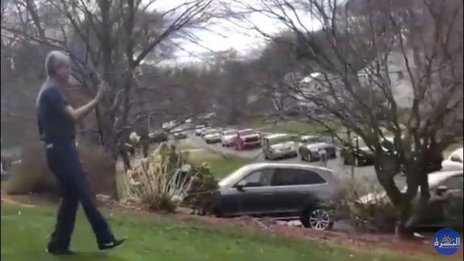 الأمريكيون ينظمون مسيرة شكر بسياراتهم أمام بيت الدكتور سعود أنور الباكستاني مخترع آلة تنفس جماعية