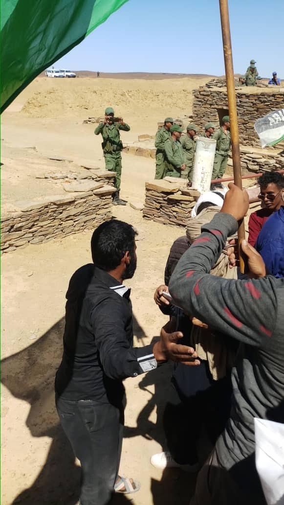 الجنود المرابطين بالحدود المغربية على مستوى المنطقة العازلة امهيرز   يقومون بازالة علم المرتزقة بكل هدوء وشجاعة